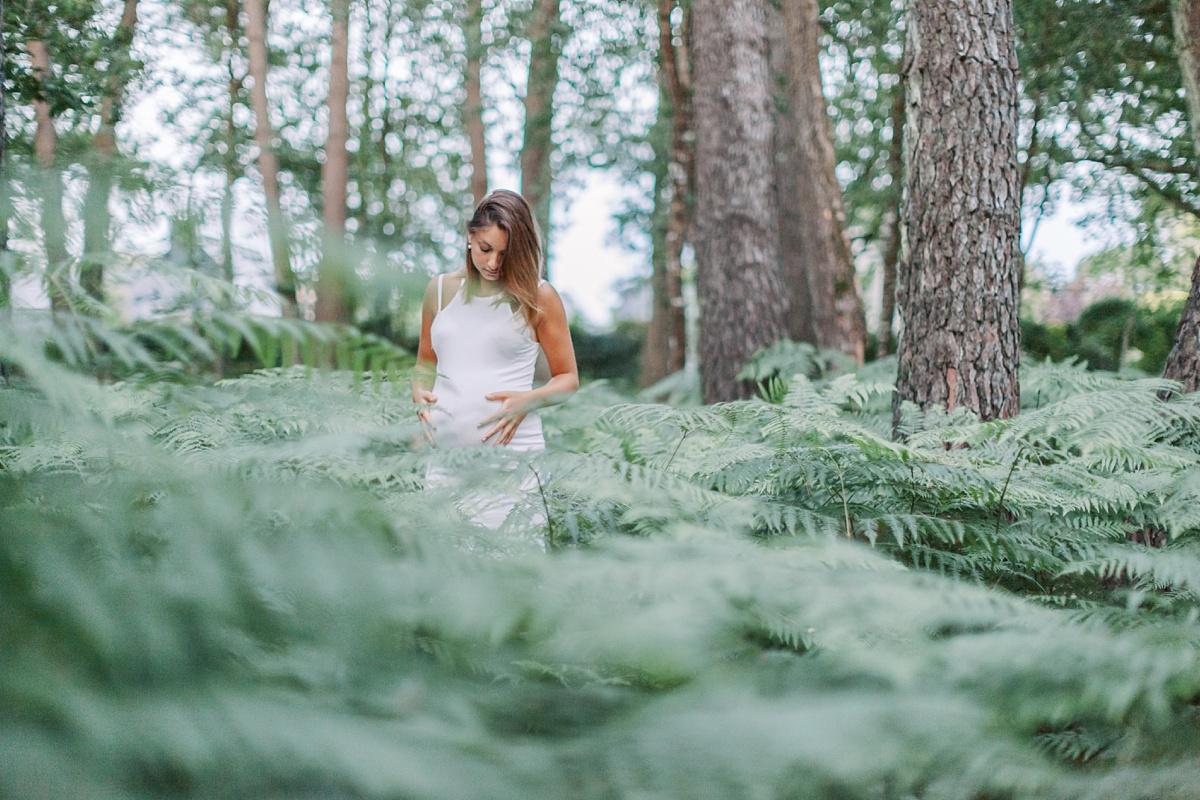 Séance photo au milieu d'un bois de fougères